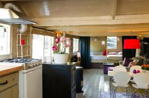 A kitchen or kitchenette at Houseboat Prince-Avalon
