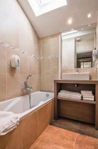 Salle de bains dans l'établissement Résidence Hôtelière Spa Les Chataigniers