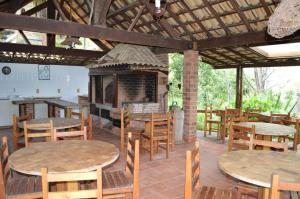 A restaurant or other place to eat at Artesanal Gourmet e Pousada