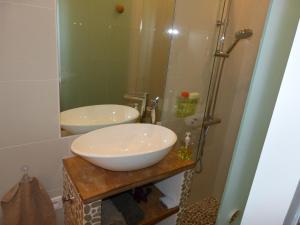 A bathroom at La Mer en Ville