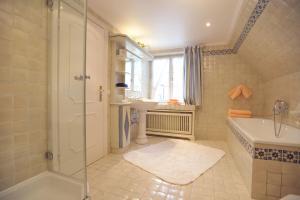 Ein Badezimmer in der Unterkunft Haus Elvi Fuchs an den alten Salzwiesen