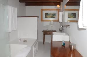 A bathroom at Pousada Casa de Paraty