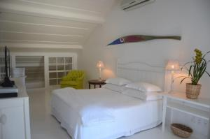 A bed or beds in a room at Pousada Casa de Paraty