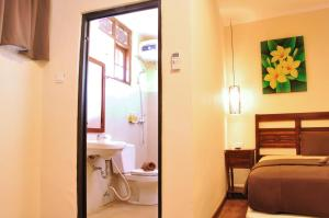 A bathroom at Bemo Corner Guest House