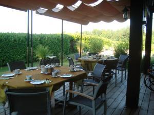 A restaurant or other place to eat at Chambres d'hôtes Les Palmiers de la Cité