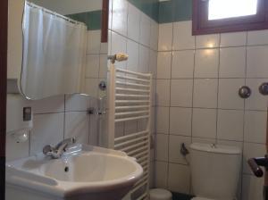 A bathroom at Akrogiali