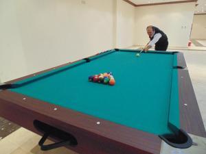 Mesa de bilhar em Samaya Al Khobar Hotel Apartments