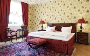 A bed or beds in a room at Hotel Goldener Anker