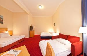 A bed or beds in a room at Novum Hotel Gates Berlin Charlottenburg