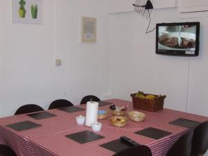 A restaurant or other place to eat at Cedars House Hotel
