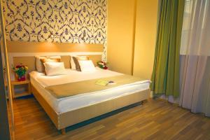 A bed or beds in a room at Hotel Trianon