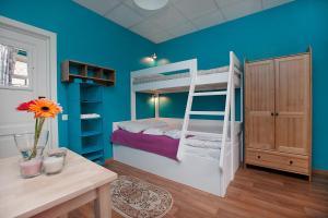 Двухъярусная кровать или двухъярусные кровати в номере Друзья на Восстания