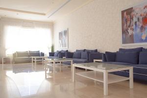 Uma área de estar em Rafa Homes - Al Falah
