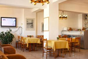 A restaurant or other place to eat at Κastro Ηotel