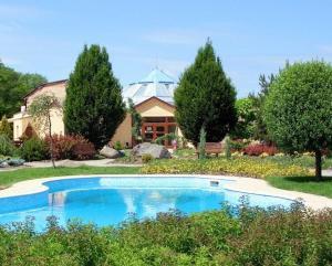 Bazén v ubytování Hotel Harmonie nebo v jeho okolí