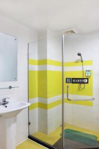A bathroom at 7Days Inn Guangzhou Guihuagang