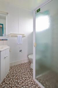 A bathroom at Central Motel Port Fairy