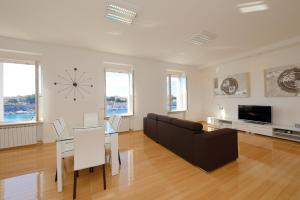 A seating area at Eden Penthouse Apartments
