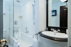 A bathroom at 41