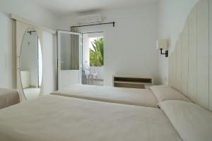 A bed or beds in a room at Hostal Capri
