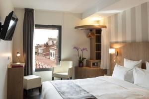 A bed or beds in a room at Hôtel Le Père Léon