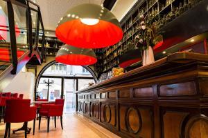 The lounge or bar area at Hôtel Le Père Léon