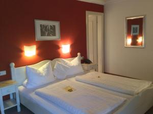 A bed or beds in a room at DEVA Hotel Beim Egger