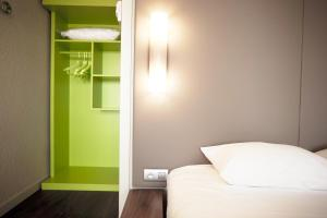 A bed or beds in a room at Hôtel Campanile Strasbourg Aéroport Lingolsheim