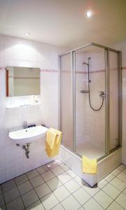 A bathroom at Hotel Am Quellberg