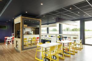 A restaurant or other place to eat at ibis budget Hotel Edinburgh Park