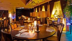 Ein Restaurant oder anderes Speiselokal in der Unterkunft Aura - Hotel & Restaurant & Sauna