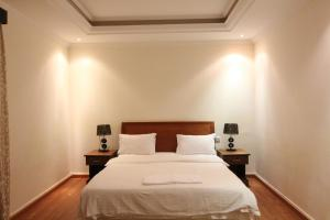 Cama ou camas em um quarto em Towlan Hotel Suites 1