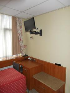 A television and/or entertainment centre at Hotel De Venne