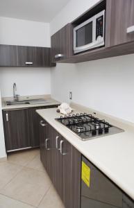 Кухня или мини-кухня в Iris Studios & Apartments
