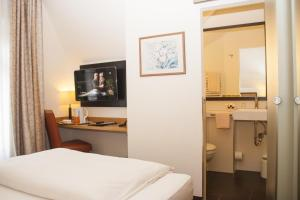 A bed or beds in a room at Hotel Haus Berlin