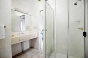 A bathroom at Vale Hotel