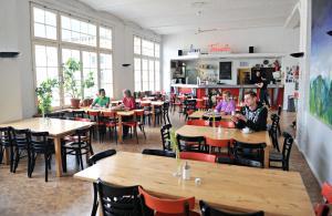 Ein Restaurant oder anderes Speiselokal in der Unterkunft Hotel Transit