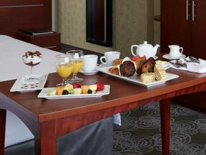 Breakfast options available to guests at Courtyard by Marriott Montreal Airport