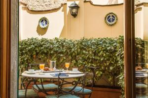 A restaurant or other place to eat at Morandi alla Crocetta