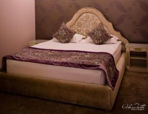 A bed or beds in a room at Hotel Rais