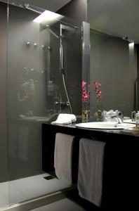A bathroom at Quinta De Casaldronho Wine Hotel