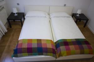 A bed or beds in a room at Monrooms Barcelona