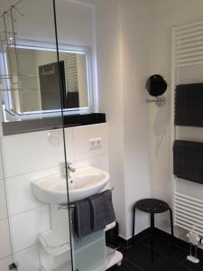 A bathroom at Tankbar's Hotelchen