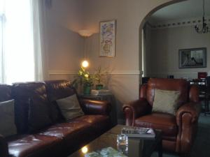A seating area at Highlander Inn