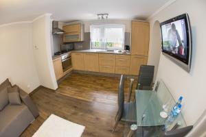 A kitchen or kitchenette at Apartament Lazur