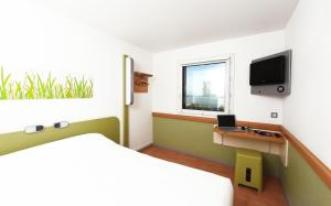 A bed or beds in a room at ibis budget Nice Aeroport