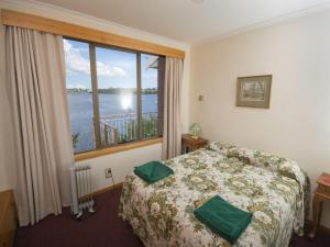 A bed or beds in a room at Derwent Retreat