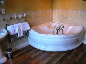 A bathroom at Atholl Arms