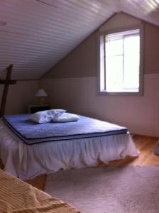 Säng eller sängar i ett rum på Brinkin Wanha Pappila