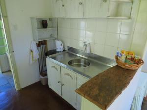 A kitchen or kitchenette at Cabana Canela